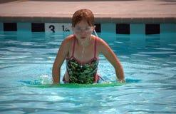 女孩池游泳 免版税图库摄影