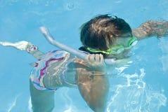 女孩池潜航的年轻人 免版税库存图片