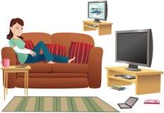 女孩沙发电视注意 免版税图库摄影