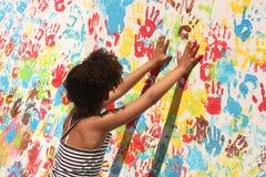 女孩油漆使用 免版税库存图片