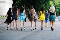 女孩沿着走街道 免版税库存图片