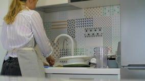 女孩洗着盘子 股票视频