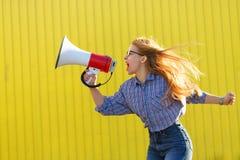 女孩活动家在扩音器呼喊 库存图片