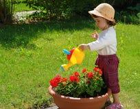 女孩浇灌 免版税库存照片