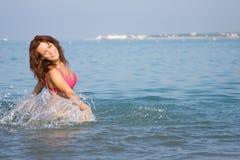 女孩海运年轻人 免版税库存图片