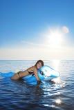 女孩海运游泳 免版税库存照片