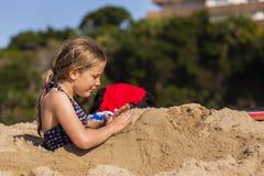女孩海滩娱乐时间 库存图片