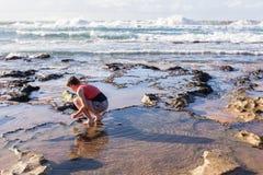女孩海滩波浪探索 免版税图库摄影