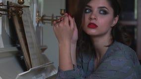 女孩浸入了入她的记忆在钢琴附近 股票视频