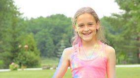 女孩淋浴与holi油漆  股票录像