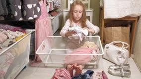 女孩清扫在家庭衣橱的衣裳 股票视频