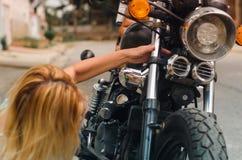 女孩清洁摩托车2 免版税库存图片