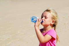 女孩渴的一点 免版税库存照片