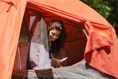 女孩游人读了在帐篷的法院记录 免版税图库摄影