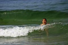 女孩游泳在海运 免版税库存图片