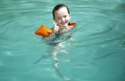 女孩游泳年轻人 免版税库存图片