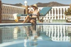 女孩游泳池边 免版税库存图片