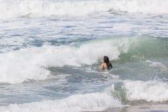 女孩游泳海滩 免版税库存照片