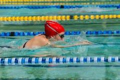 女孩游泳种族 免版税库存照片