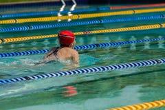 女孩游泳种族 图库摄影
