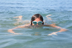 女孩游泳 免版税库存图片