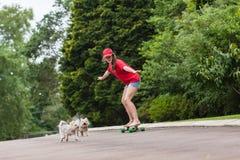 女孩溜冰板运动 免版税库存图片