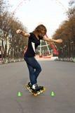 女孩溜冰鞋在公园 库存照片