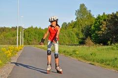 女孩滑冰的年轻人 图库摄影