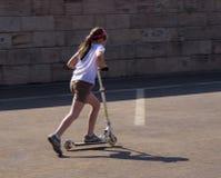 女孩滑行车 免版税库存图片