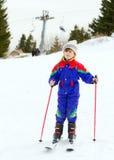 女孩滑雪年轻人 免版税库存照片