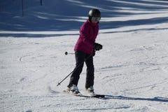 女孩滑雪的紫色夹克 库存图片