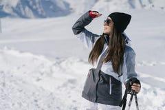 女孩滑雪 免版税库存图片