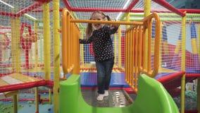 女孩演奏和获得在操场的乐趣对于儿童中心户内 股票录像