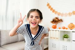 女孩演奏她的母亲` s构成工具 免版税图库摄影