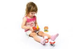 女孩演奏玩具的她 库存图片