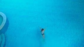 女孩潜水入水池 影视素材