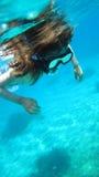 女孩潜航的年轻人 免版税库存照片
