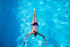 女孩潜水的顶视图在游泳池的 免版税库存图片