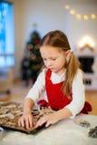 女孩烘烤圣诞节曲奇饼 库存照片