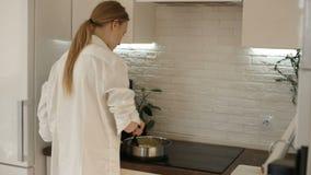 女孩烹调她的早餐 影视素材