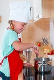 女孩烹调 免版税库存图片