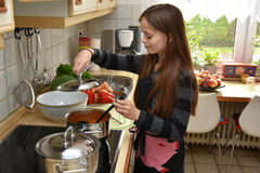 女孩烹调 免版税图库摄影