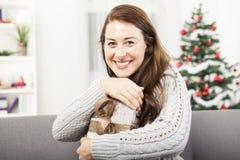 女孩爱她的圣诞节礼物 免版税库存照片