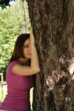 女孩爱护树木 免版税库存照片