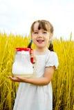 女孩牛奶 免版税库存照片