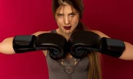 女孩特写镜头拳击手套的 库存照片