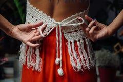 女孩特写镜头生活方式,佩带的时髦被编织的羊毛漂泊样式画象,嬉皮别致,吉普赛时尚 库存照片