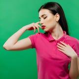 女孩特写镜头画象有肉欲的红色摆在绿色背景的嘴唇和长的黑发的 免版税图库摄影