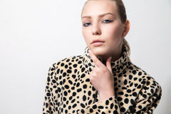 女孩特写镜头豹子印刷品外套的 免版税图库摄影