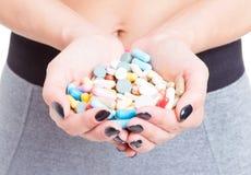 女孩特写镜头递举行药片或补充 库存图片
